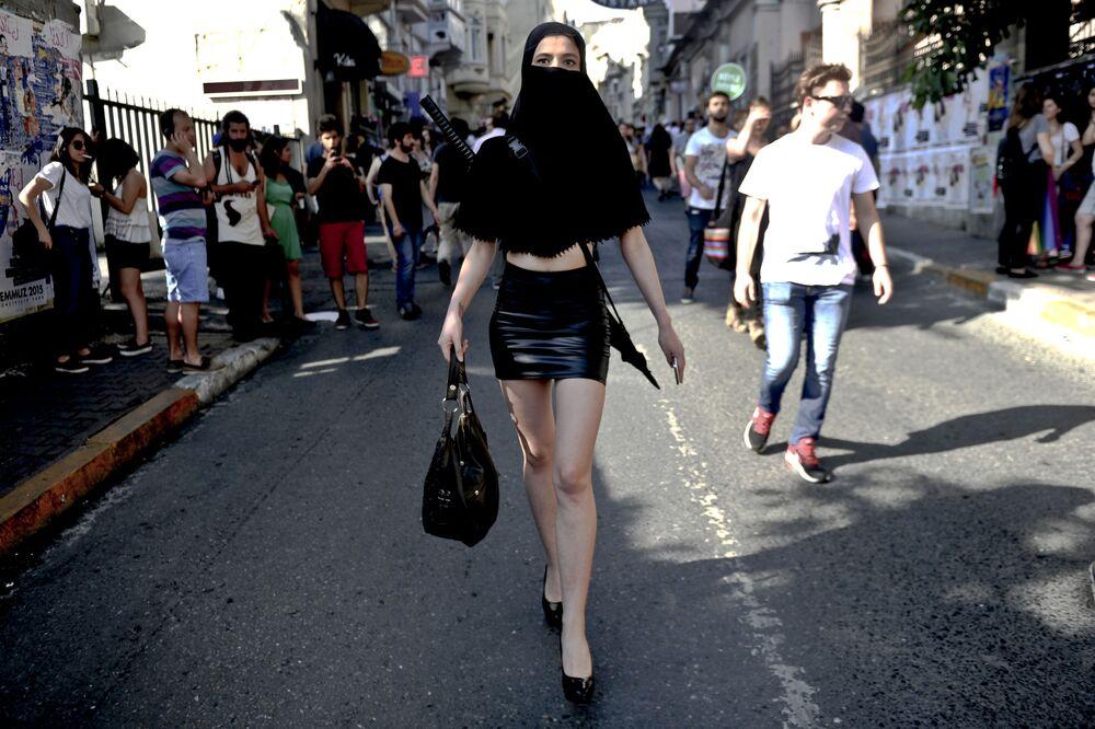 Una donna in un costume alla parata gay pride, Istanbul.