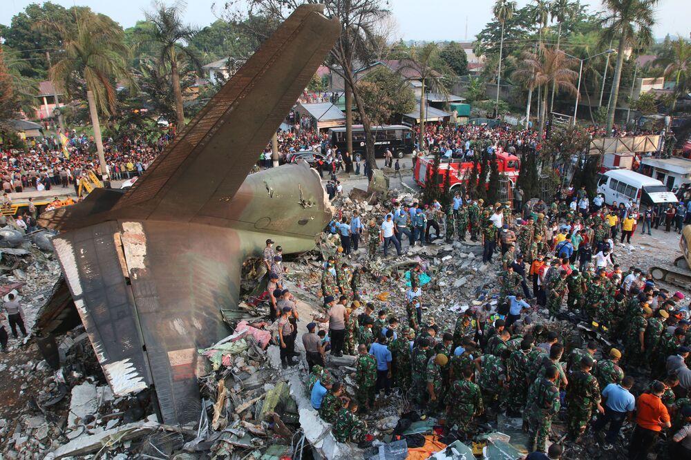 Tragico incidente in Indonesia, dove un aereo da trasporto militare C-130 è precipitato su un quartiere residenziale, provocando la morte di almeno 38 persone.