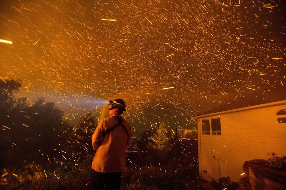 Un pompiere spegne l'incendio in una casa a Washington.