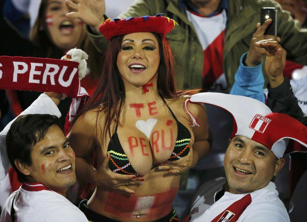 I tifosi della squadra di Peru prima dell'inizio della partita semifinale Cile-Perù della Coppa America 2015.