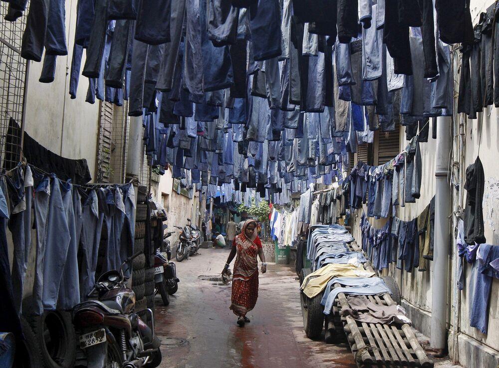 Una donna passeggia per la strada in India.