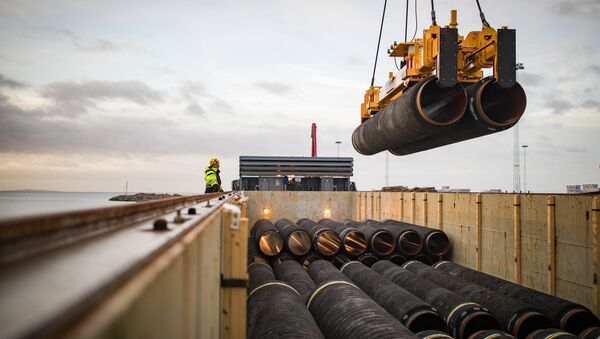 Pipes are loaded onto a vessel in the northern German port of Mukran for transshipment to a storage yard - Sputnik Italia