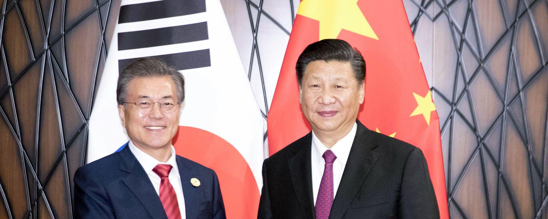 Il presidente cinese Xi Jinping e la sua controparte sudcoreana Moon Jae-in - Sputnik Italia, 1920, 01.06.2021