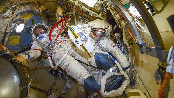 Подготовка к выходу в открытий космос - Sputnik Italia