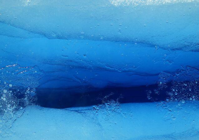 Acqua sotto il ghiaccio
