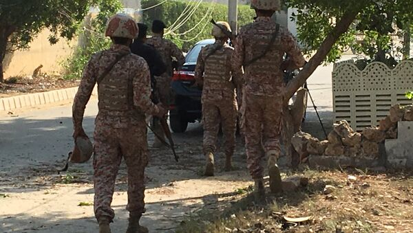Paramilitary forces and police are seen during an attack on the Chinese embassy, where blasts and shots are heard, in Karachi, Pakistan November 23, 2018. - Sputnik Italia