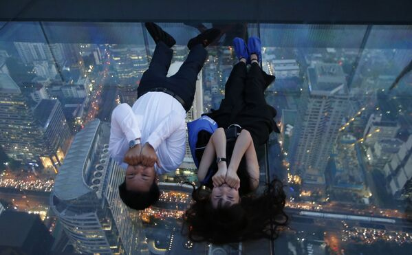 I turisti alla terrazza panoramica del palazzo King Power Mahanakhon a Bangkok. - Sputnik Italia