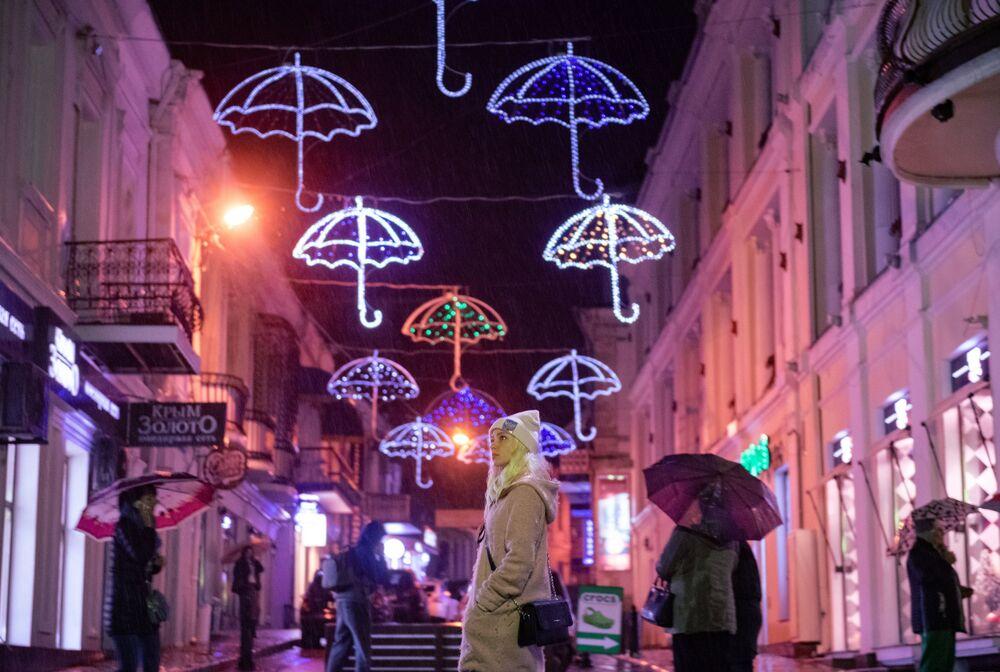 I passanti sotto la pioggia a Yalta.