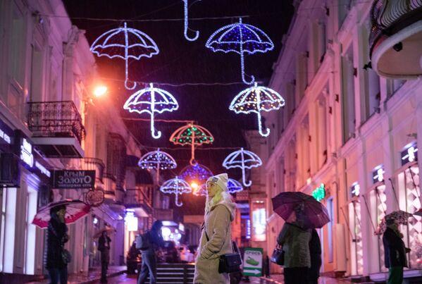 I passanti sotto la pioggia a Yalta. - Sputnik Italia