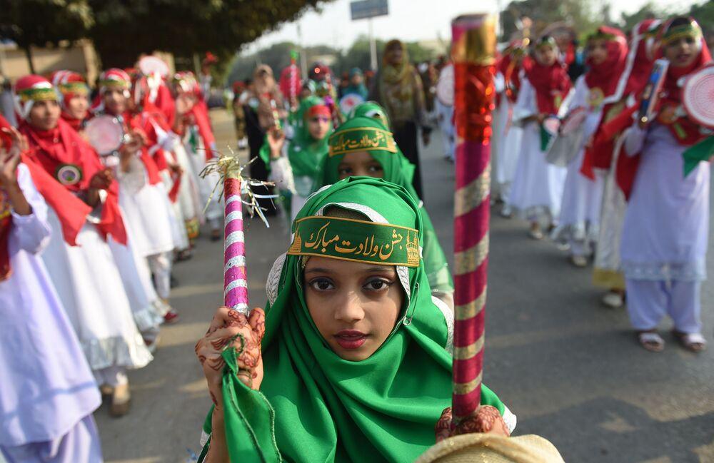 I fanciulli pakistani durante la celebrazione dell'anniversario del profeta Maometto.
