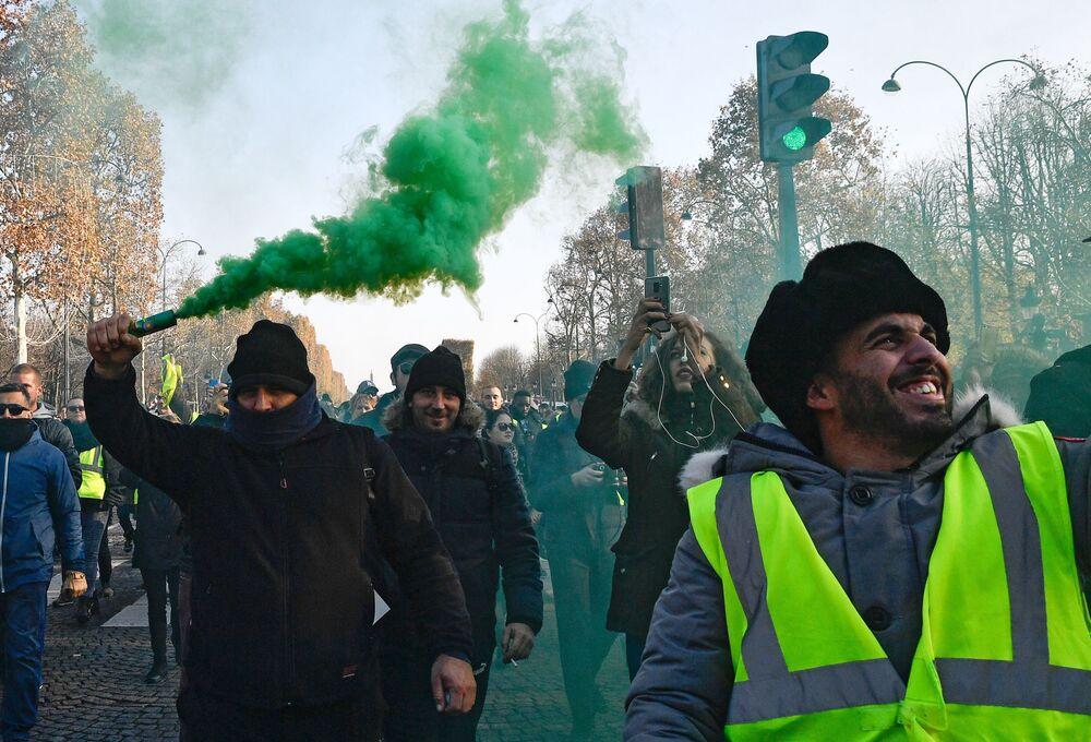 Le proteste contro l'aumento dei prezzi dei carburanti nella Francia.
