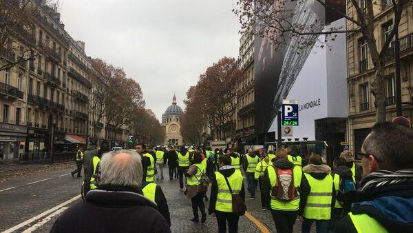 I manifestanti si oppongono all'aumento dei prezzi del carburante, Parigi - Sputnik Italia