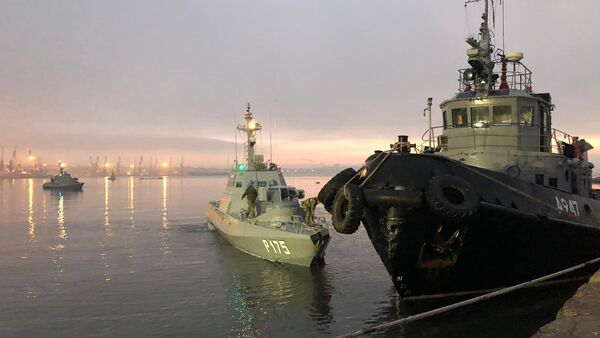 Navi ucraine fermate e accompagnate al porto di Kerch - Sputnik Italia