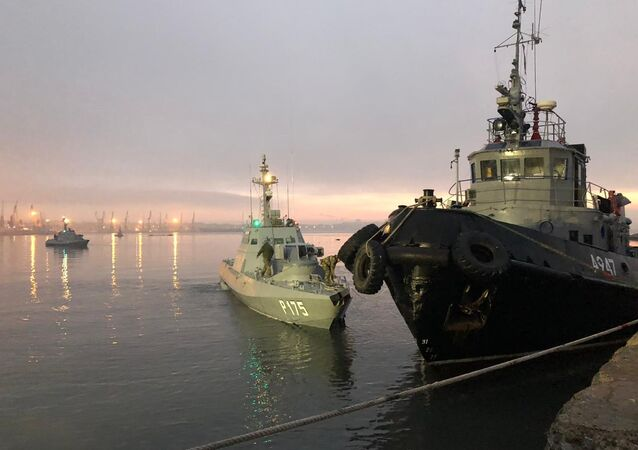 Navi ucraine fermate e accompagnate al porto di Kerch
