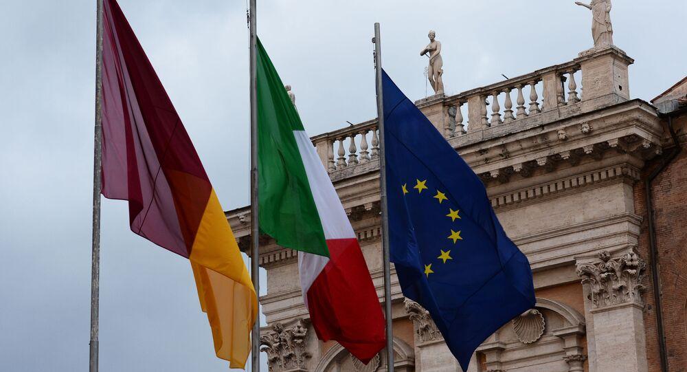 Le bandiere di Roma, Italia e UE alla piazza del Campidoglio a Roma