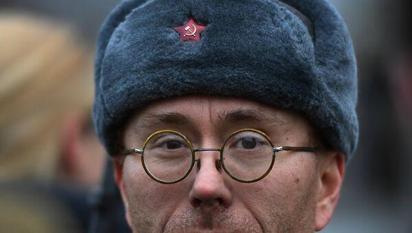 Un partecipante al corteo per i 100 anni della Rivoluzione d'Ottobre - Sputnik Italia