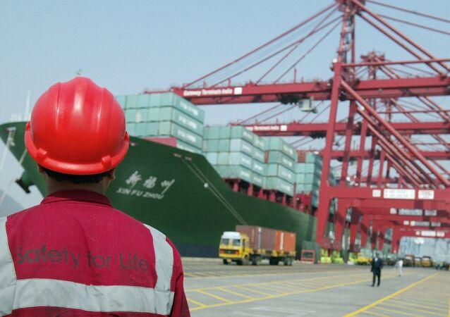 Operaio in un porto