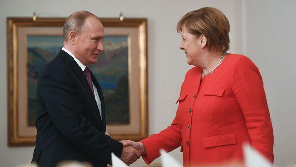 G20, Vladimir Putin con Angela Merkel - Sputnik Italia