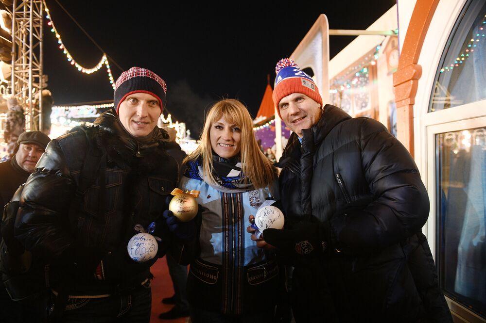 I pattinatori Ivan Skobrev, Svetlana Zhurova ed il giocatore di hockey Alexey Yashin all'apertura della pista di pattinaggio sul ghiaccio dei Grandi Magazzini GUM alla Piaza Rossa.