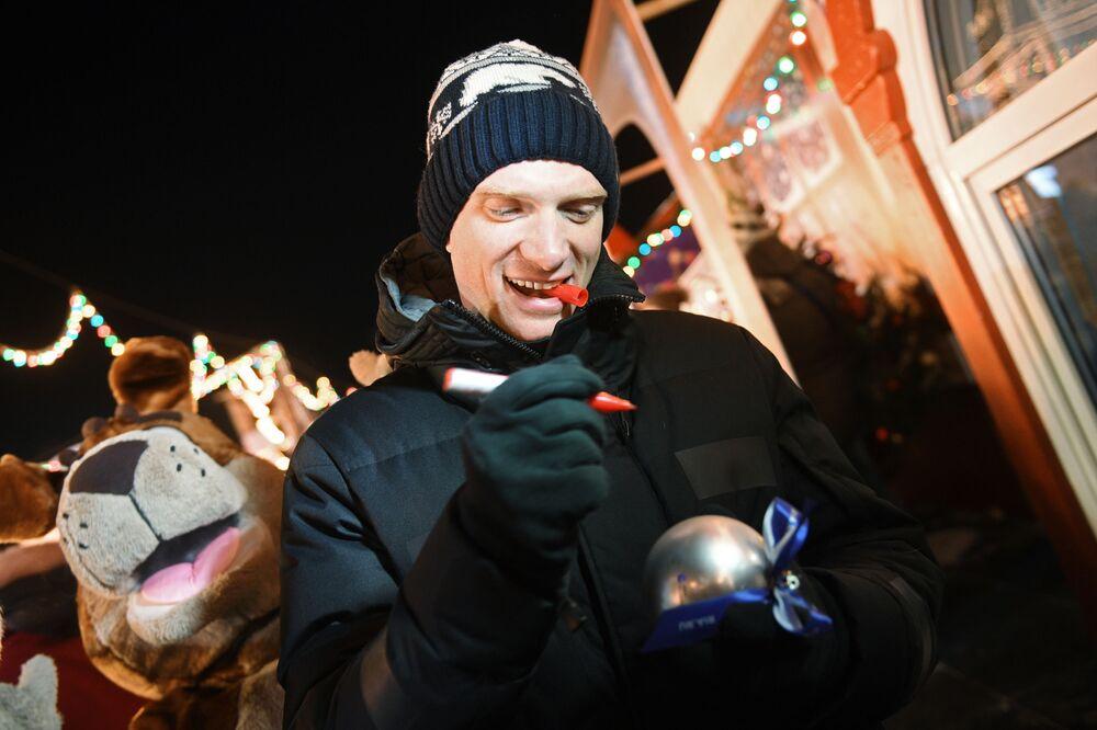 L'attore Andrey Burkosvky fa gli auguri a MIA Rossiya Segodnya.