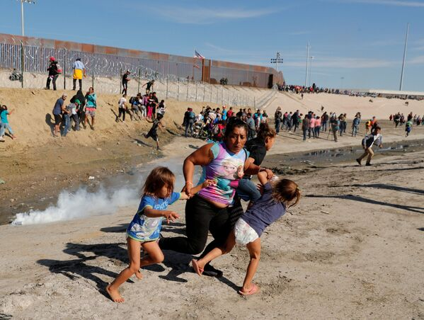 Migranti vicino al confine tra Usa e Messico. - Sputnik Italia
