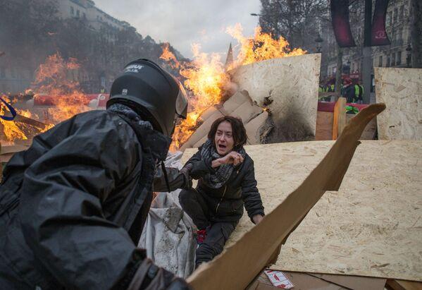 Durante le proteste dei gilet gialli a Parigi. - Sputnik Italia