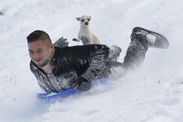 Jonny Mendoza e il suo cane Subi a Kansas, USA. - Sputnik Italia