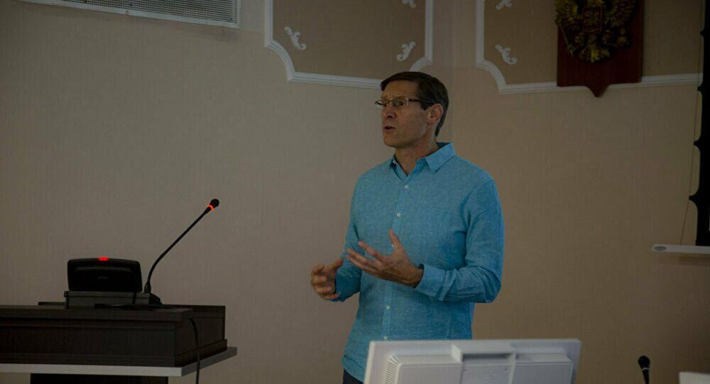 John Lajoie, professore di fisica presso l'Università dello Utah (USA)