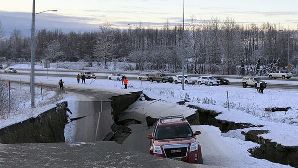 A car is trapped on a collapsed section of the offramp of Minnesota Drive in Anchorage, Friday, Nov. 30, 2018. - Sputnik Italia
