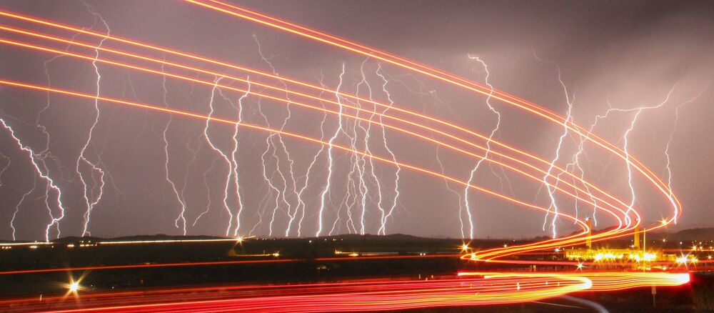 Fulmini illuminano il cielo sopra l'aeroporto di Daggett, California.