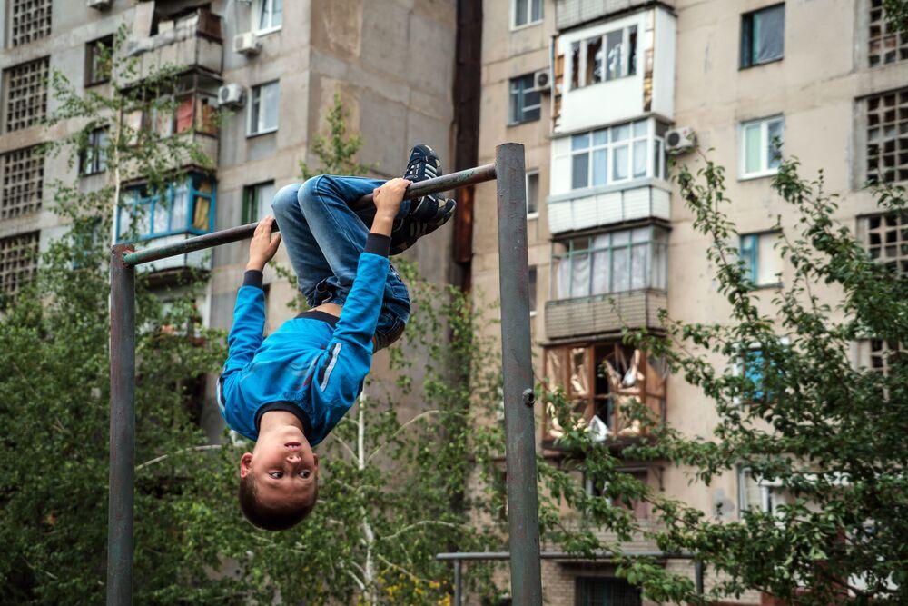 Un ragazzo sulla barra orizzontale a Gorlovka, nella regione di Donetsk.
