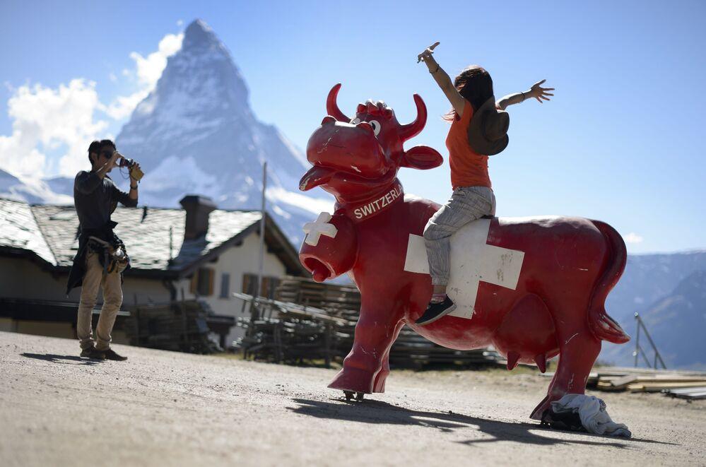 I turisti giapponesi fanno delle foto alle montagne svizzere.