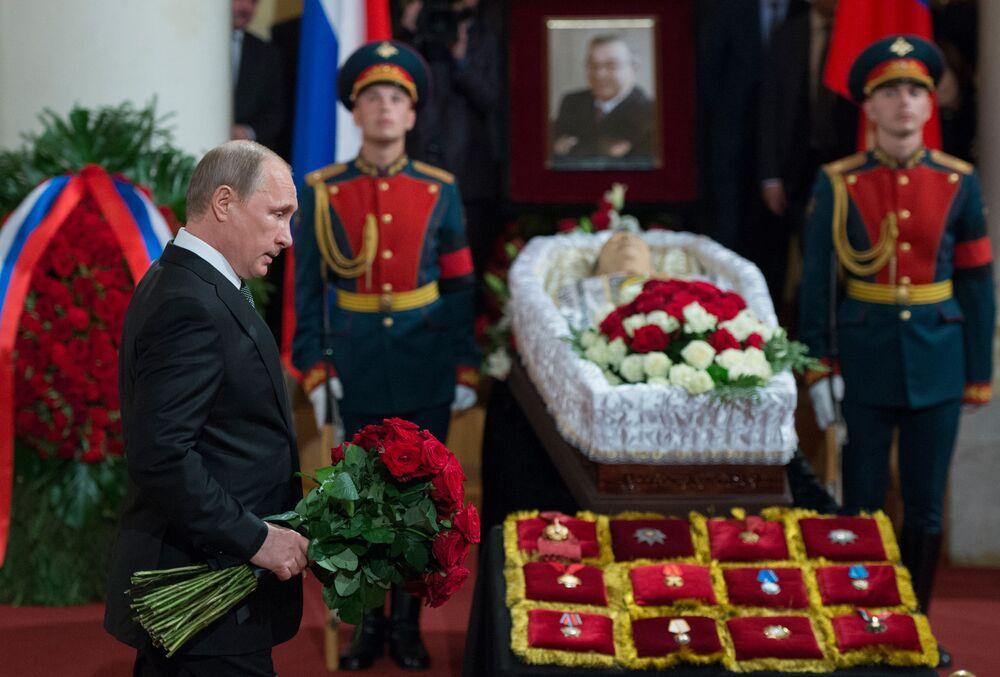 Il presidente russo Vladimir Putin ai funerali del politico Evgeny Primakov.
