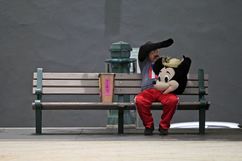 Un'uomo nel costume di Mickey Mouse a una strada di Porto Rico.