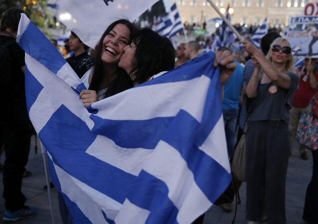 Sostenitori del NO festeggiano per le strade di Atene