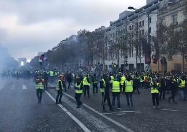 Le proteste di massa dei gilet gialli contro l'aumento dei prezzi dei carburanti a Parigi