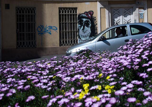 Un auto euro2 in una via di Cagliari