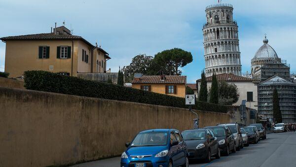 Macchine con la Torre di Pisa allo sfondo - Sputnik Italia