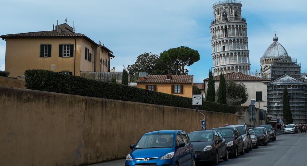 Macchine con la Torre di Pisa allo sfondo