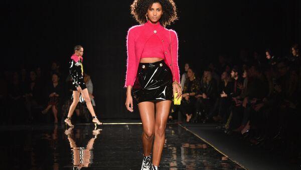 Una modella durante la sfilata di moda Versace a New York. - Sputnik Italia