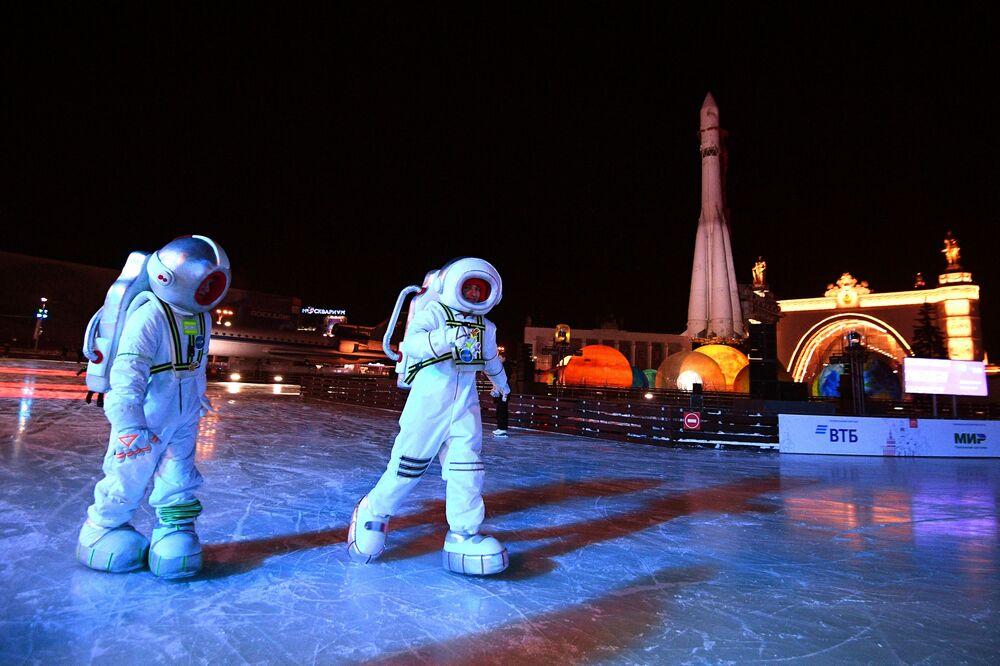 Gli attori all'inaugurazione della Città dell'inverno nel territorio di VDNKh a Mosca.