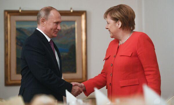 Il presidente russo Vladimir Putin e il cancelliere tedesco Angela Merkel, durante i colloqui a margine del vertice del G20 in Argentina. - Sputnik Italia