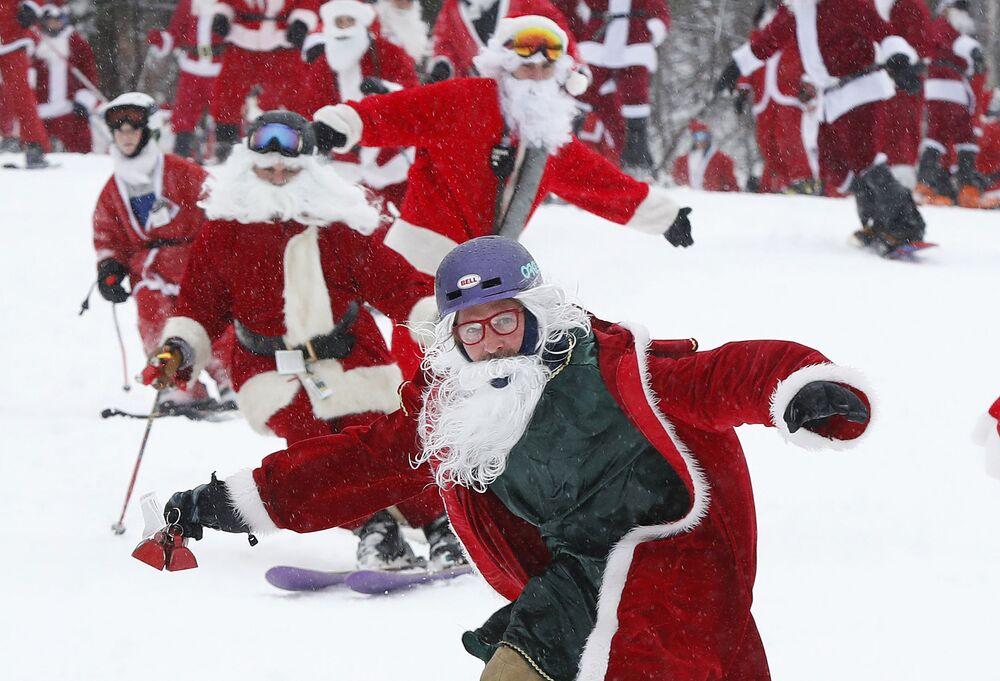 Gli sciatori vestiti da babbo di Natale ad un evento negli Usa.