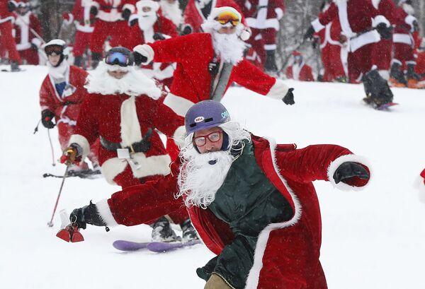 Gli sciatori vestiti da babbo di Natale ad un evento negli Usa. - Sputnik Italia