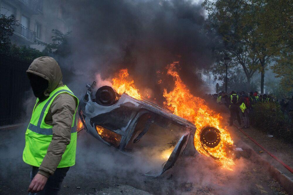 Una macchina a fuoco durante le proteste del gilet gialli in Francia.