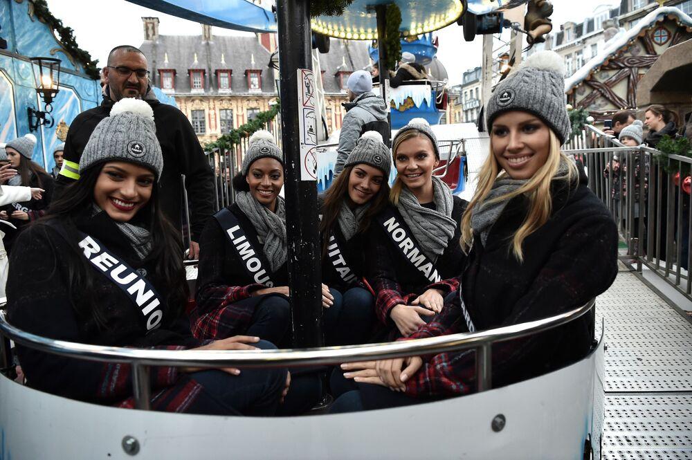 Le concorrenti di concorso di bellezza Miss Francia-2019 sulla ruota panoramica a Lille.
