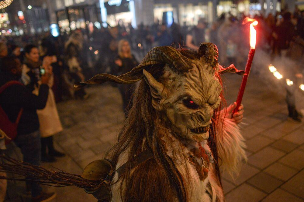 La marcia dei diavoli al mercantino di Natale a Vienna.