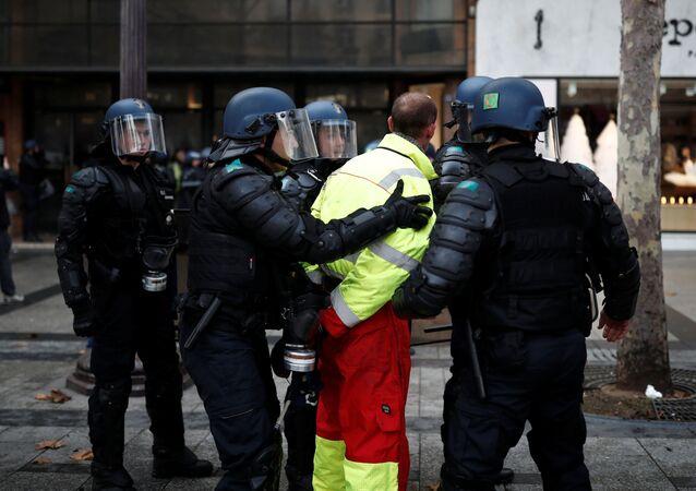 La polizia francese ferma un manifestante dei gilet gialli
