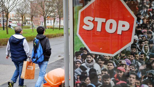 Un cartello contro la migrazione in Ungheria - Sputnik Italia