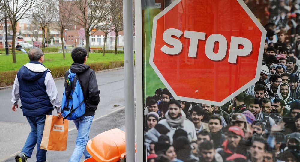 Un cartello contro la migrazione in Ungheria